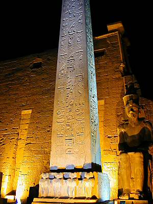 [Imagem: Luxor_Temple_obelisk_at_entrance,_dg_042001.jpg]