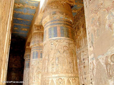 Medinet Habu, columns with colors