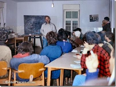 Yigael Yadin lecturing at Megiddo, db6703260103