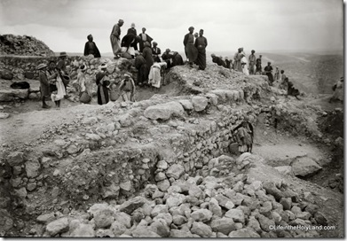 Tell Beit Mirsim, excavating house at east gate, mat05732